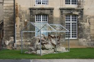 Cultures #2, acier, verre, gravats, néons, 200x400x240 cm, espace public Caen, 2014, mécénat IP2Didier Webre ©Anne Houel