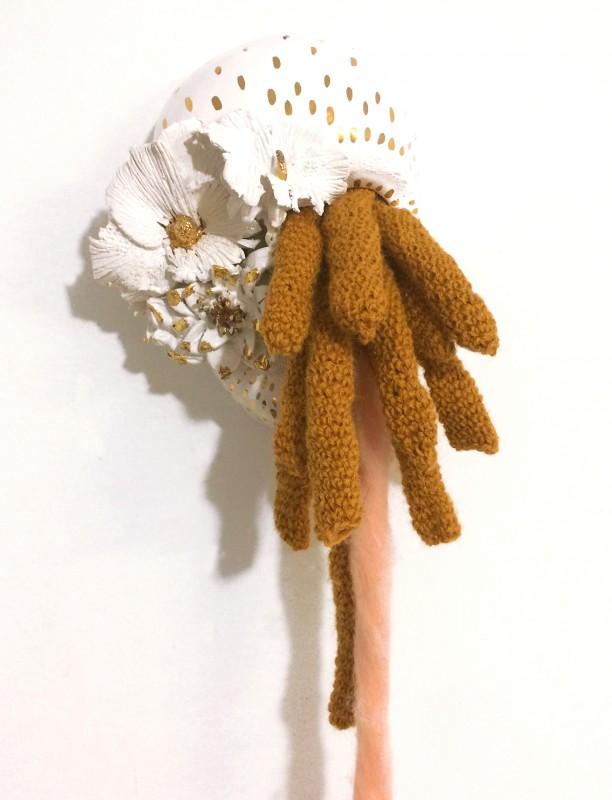 """Sophie Truant - """"Un bruissement"""" - détail Céramique émaillée, or 10%, bronze et laine"""