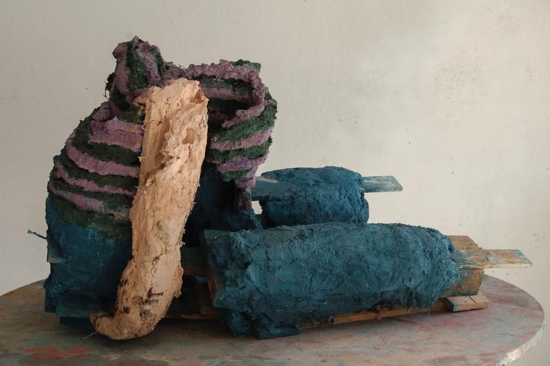 Guerrier I, mortiers colorés, bois, 108x86x67 cm