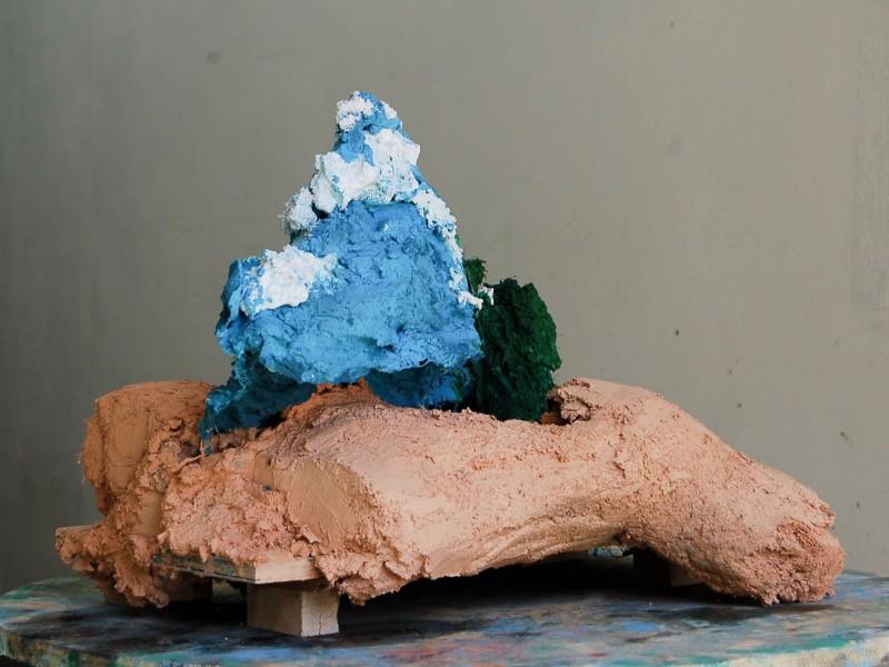 Le ciel sur la tête I, mortiers colorés, bois, 39x75x49 cm