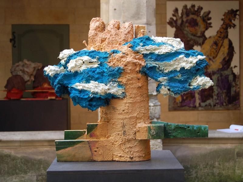 Main au ciel, 2018, mortiers colorés bois, 68x70x49cm (in exposition collective au cloître des billettes, paris) 2018
